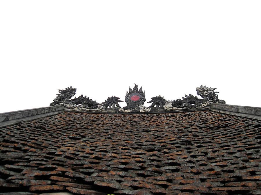 Hình Lưỡng long triều nguyệt ( Hai rồng chầu Mặt trăng) trang trí nóc mái - Chùa Một Cột