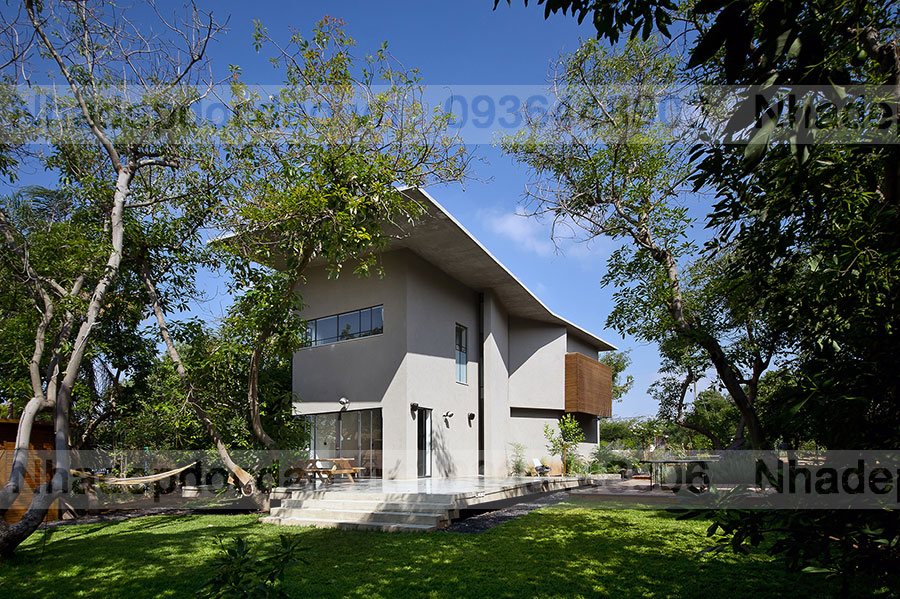 Mái bê tông lớn được thiết kế nghiêng có tác dụng che chắc cho công trình -  Thiết kế ngôi nhà giữa vườn bơ