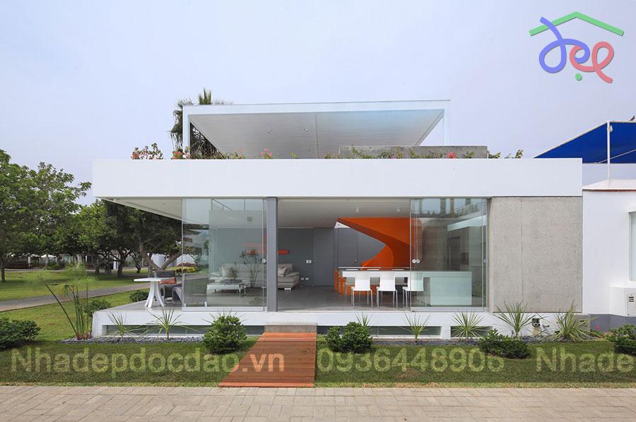 Thiết kế nhà phố với cầu thang xoắn màu cam độc đáo